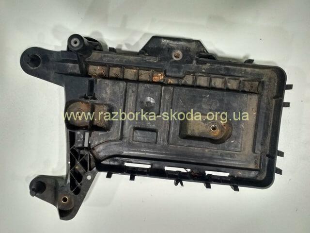 K0915333C Kорпус под аккумулятор б/у Skoda Octavia A5
